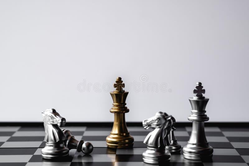 棋国王站立在敌人 优胜者在企业竞争中 竞争性和战略 r 免版税图库摄影