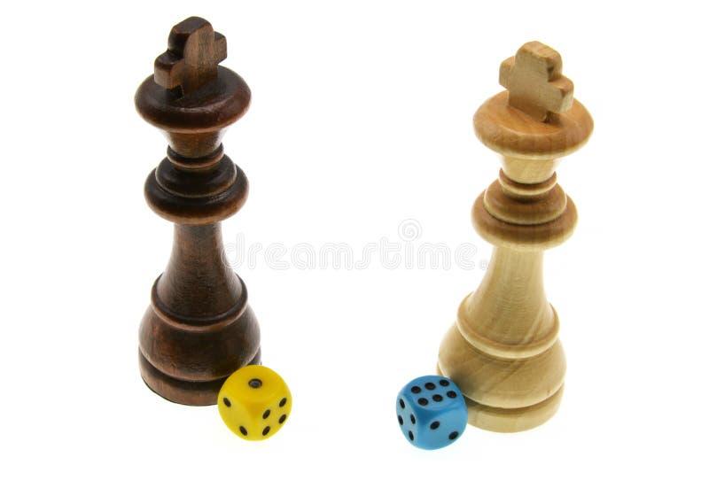棋子和五颜六色在白色背景切成小方块隔绝 免版税库存照片