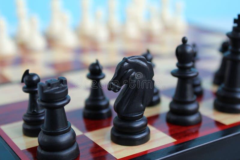 棋子在开始的比赛一个方格的委员会被安置 库存图片