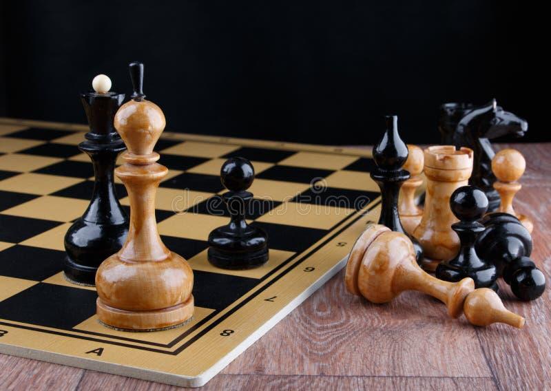 棋子在棋枰被安置 被击败的白国王 库存图片