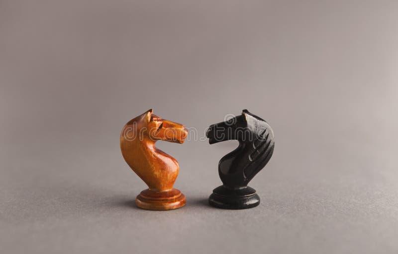 棋子的交锋在灰色背景的 免版税图库摄影