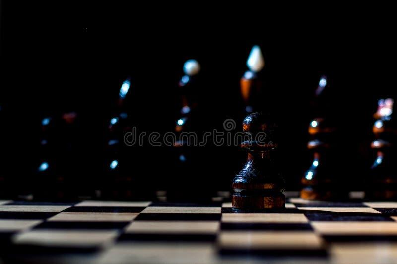 棋是与特别片断的一场逻辑板比赛在两名对手的一个64细胞板,结合艺术的元素,科学和体育 免版税库存照片