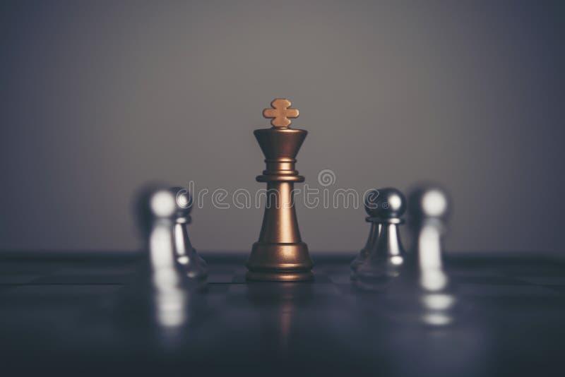 棋的国王和骑士在黑暗的背景设定了 领导和t 免版税库存图片
