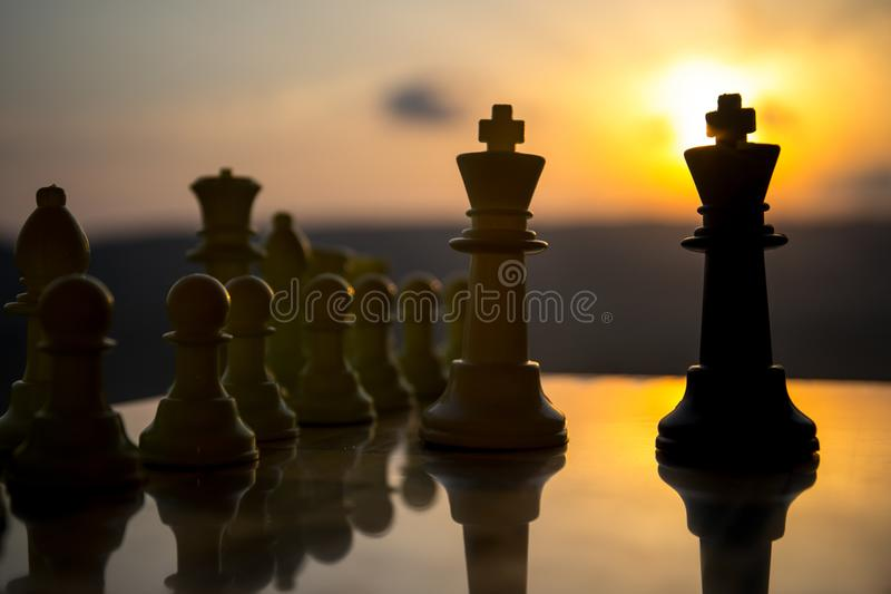 棋盘企业想法和竞争和战略想法的比赛概念 棋在棋枰室外日落backgr计算 库存照片