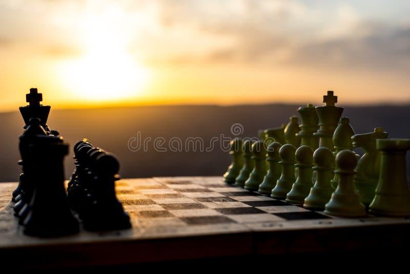 棋盘企业想法和竞争和战略想法的比赛概念 棋在棋枰室外日落backgr计算 库存图片