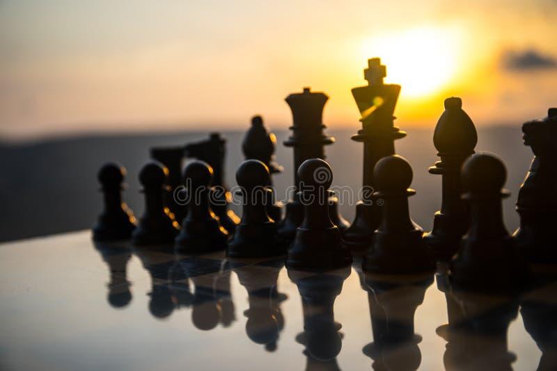 棋盘企业想法和竞争和战略想法的比赛概念 棋在棋枰室外日落backgr计算 免版税库存图片