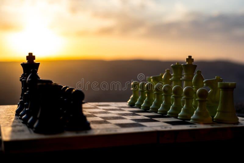 棋盘企业想法和竞争和战略想法的比赛概念 棋在棋枰室外日落backgr计算 图库摄影