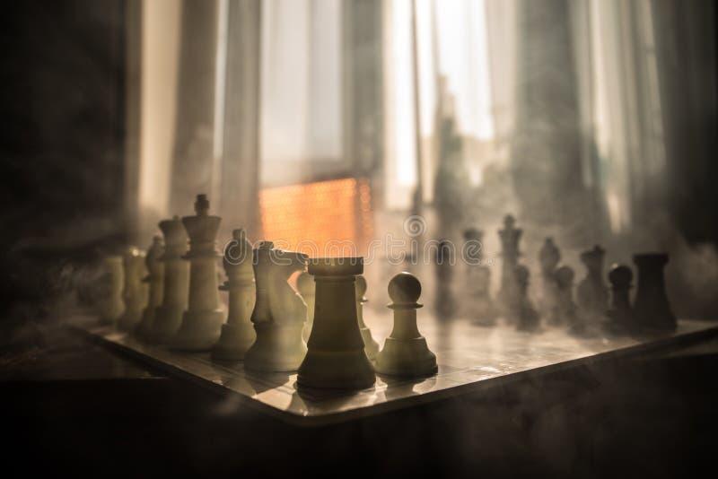 棋盘企业想法和竞争和战略想法concep的比赛概念 在背景的棋形象与窗口 库存照片