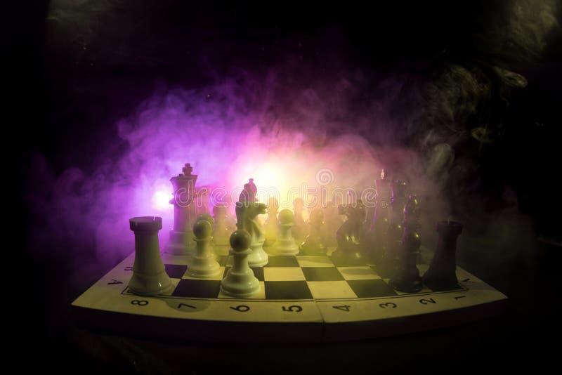 棋盘企业想法和竞争和战略想法concep的比赛概念 棋在与smok的黑暗的背景计算 向量例证