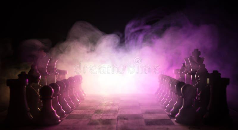 棋盘企业想法和竞争和战略想法concep的比赛概念 棋在与smok的黑暗的背景计算 免版税库存图片