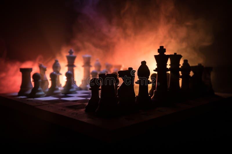 棋盘企业想法和竞争和战略想法concep的比赛概念 棋在与smok的黑暗的背景计算 库存图片