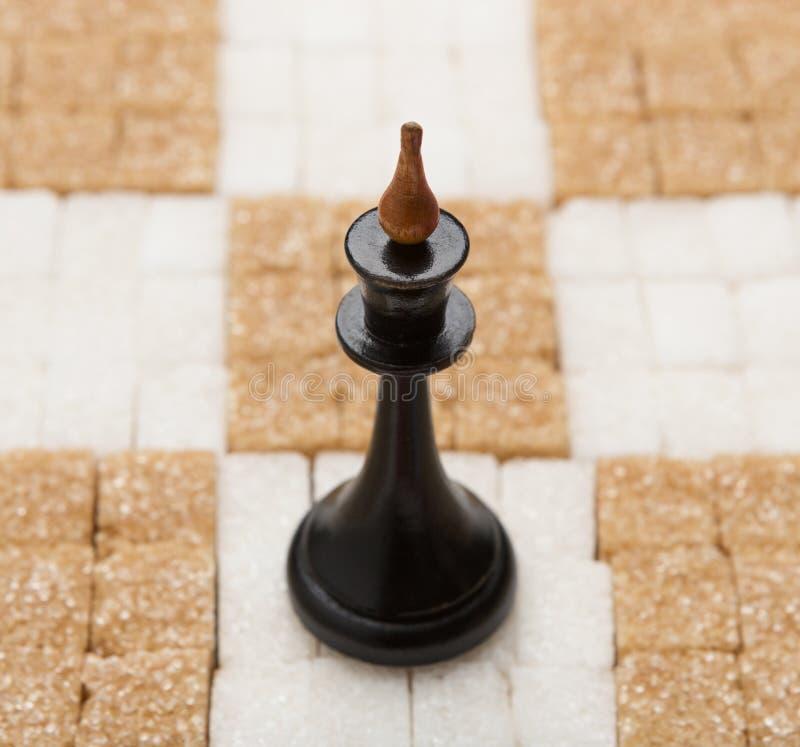 棋盘由与国王的白色和红糖制成 库存照片