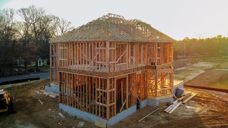 棍子建立了与木和射线框架的房子建设中新的修造 免版税库存照片