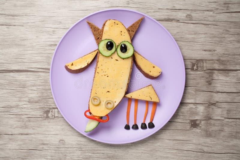 棍棒由面包和乳酪制成在板材和书桌 免版税图库摄影