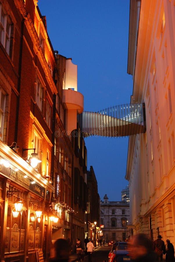 棒伦敦晚上街道 库存照片