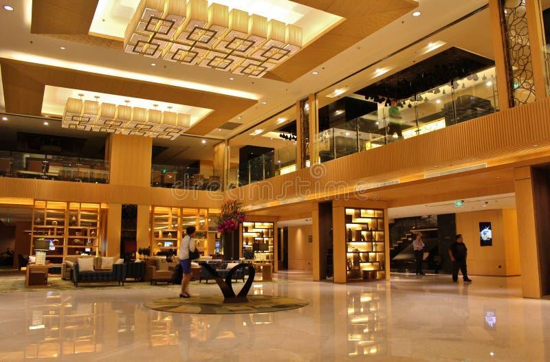 棒枝形吊灯设计典雅的花休息室旅馆表与 免版税图库摄影