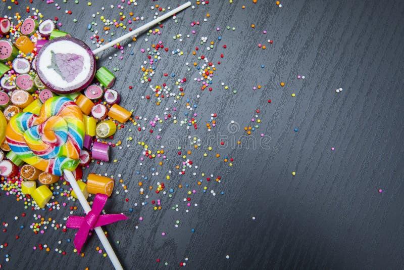 棒棒糖和五颜六色的糖果 免版税库存照片