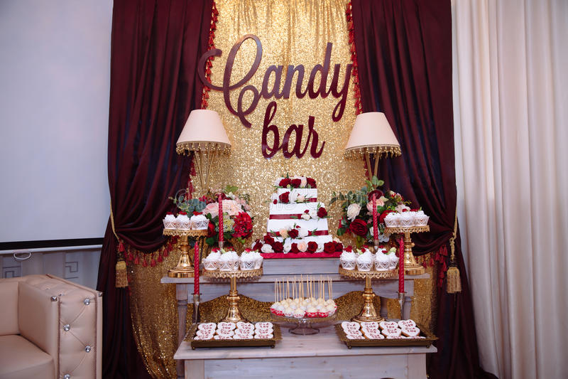 棒棒糖,红颜色, marsala 与婚宴喜饼,甜点,糖果,点心的表,流行 库存图片