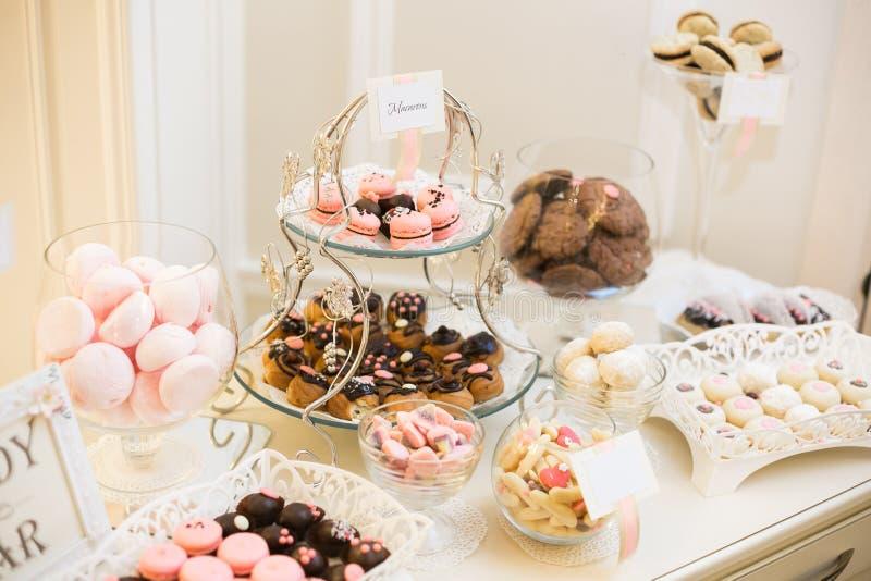 棒棒糖 充分宴会桌点心和各种各样的甜点 饼和蛋糕 婚礼或事件 免版税图库摄影
