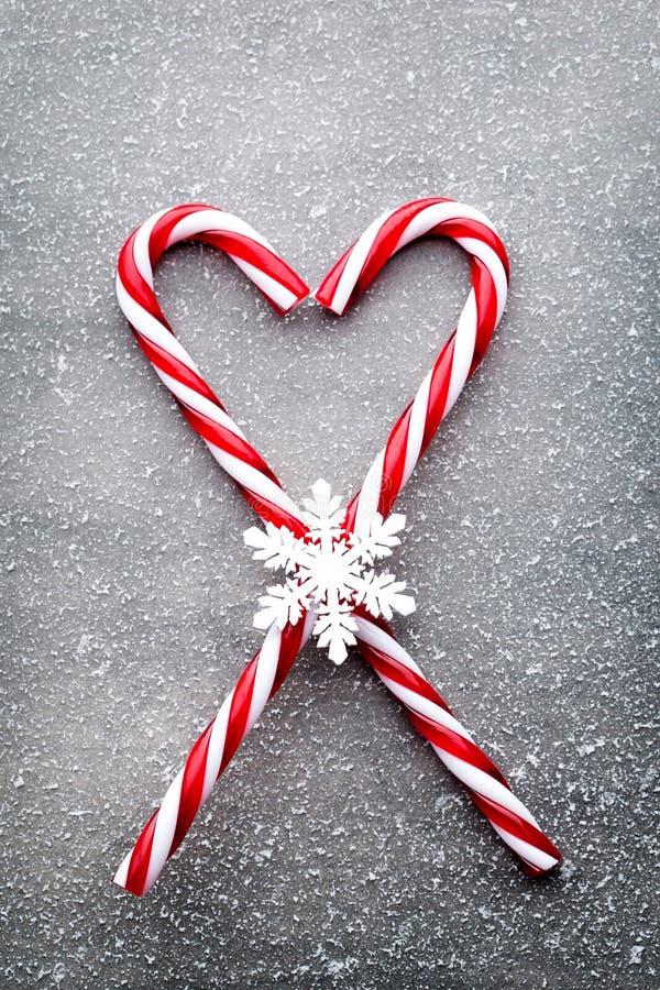 棒棒糖 圣诞节装饰有灰色背景 免版税库存照片