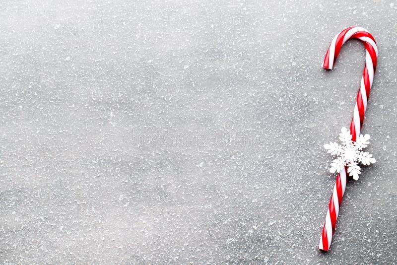 棒棒糖 圣诞节装饰有灰色背景 图库摄影