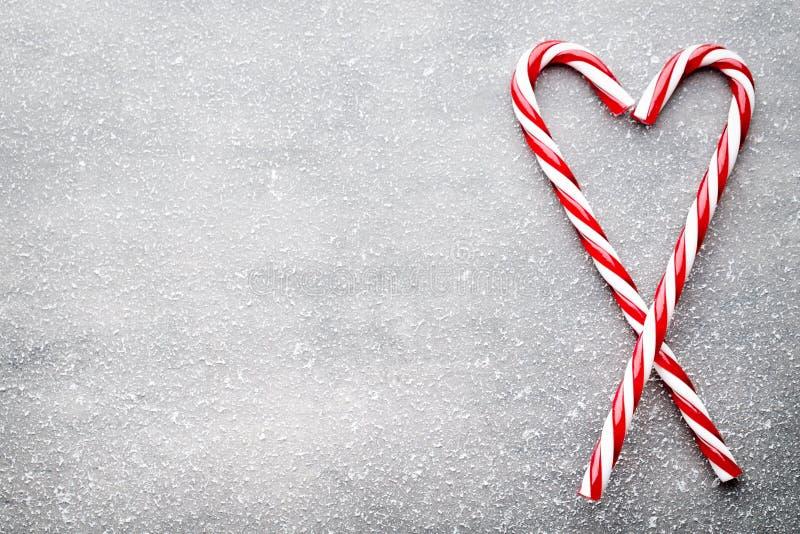 棒棒糖 圣诞节装饰有灰色背景 免版税图库摄影