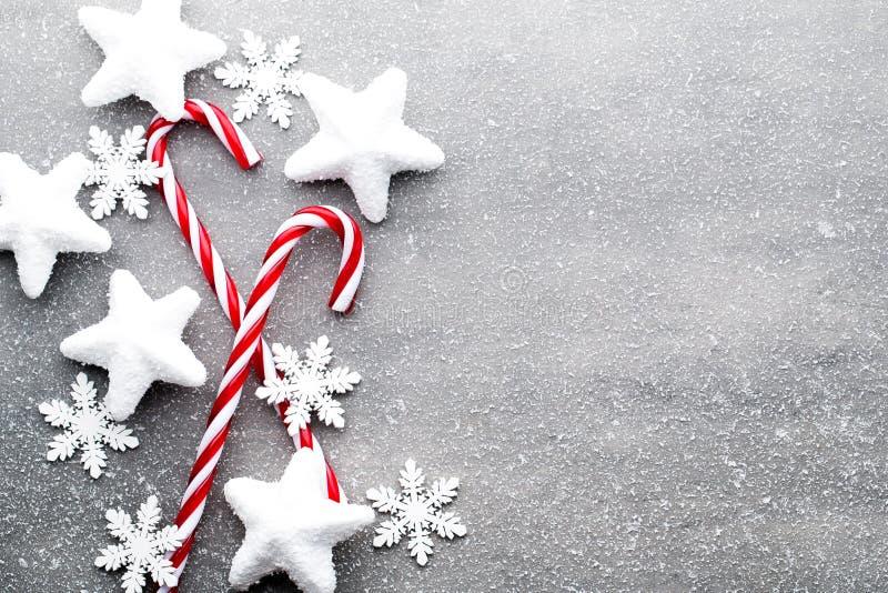 棒棒糖 圣诞节装饰有灰色背景 库存照片