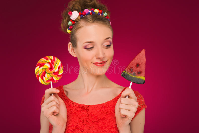 棒棒糖 女孩用甜糖果在他们的手上 库存照片