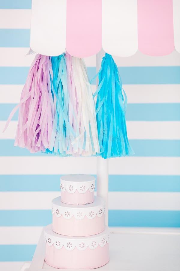 棒棒糖 婴孩` s或儿童` s生日聚会的装饰 桃红色,蓝色和白色颜色 免版税图库摄影