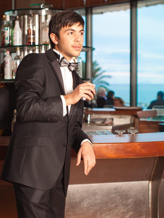 棒玻璃英俊的藏品人无尾礼服威士忌&# 库存照片