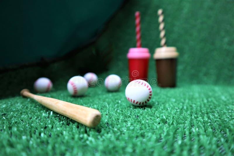 棒球和棒在绿草与拷贝空间 免版税库存照片