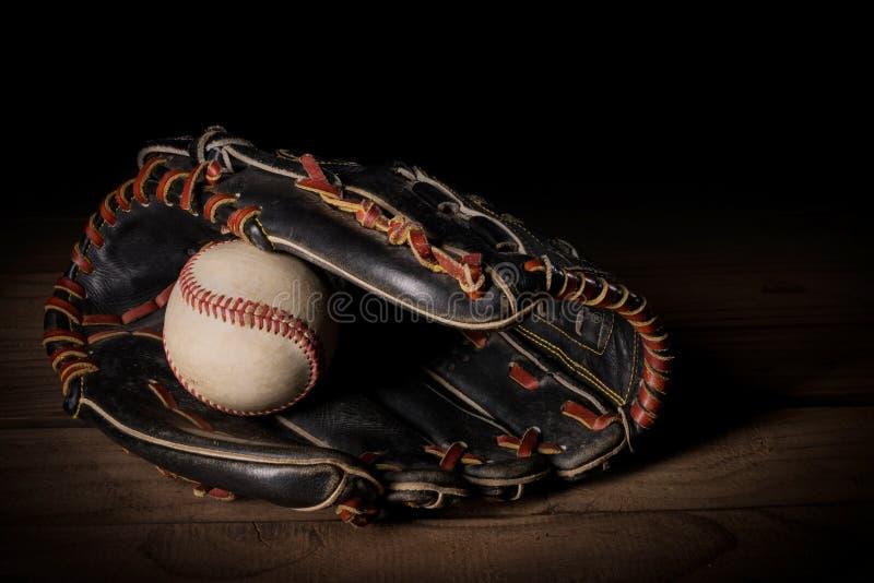 棒球手套和球 免版税图库摄影