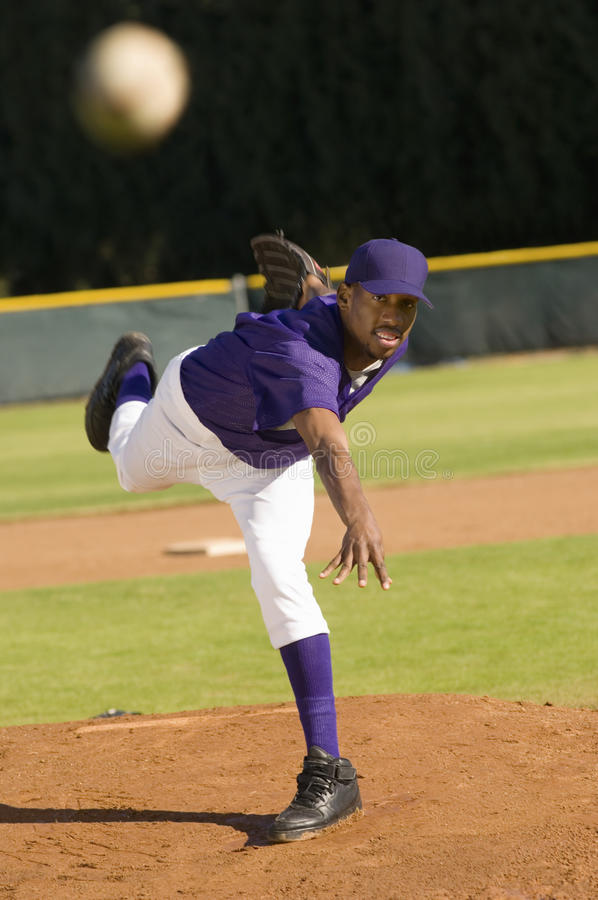 棒球投手投掷的球 库存照片