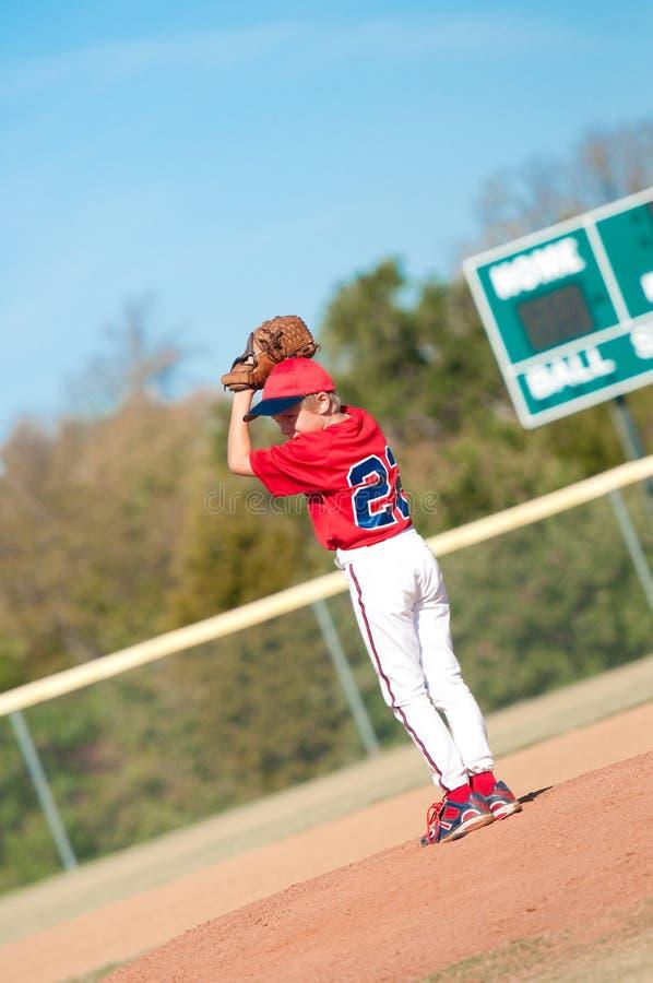 年轻棒球投手 库存图片