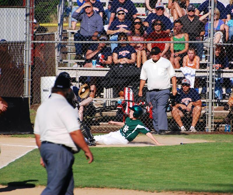 棒球本垒板球员下滑 免版税库存照片