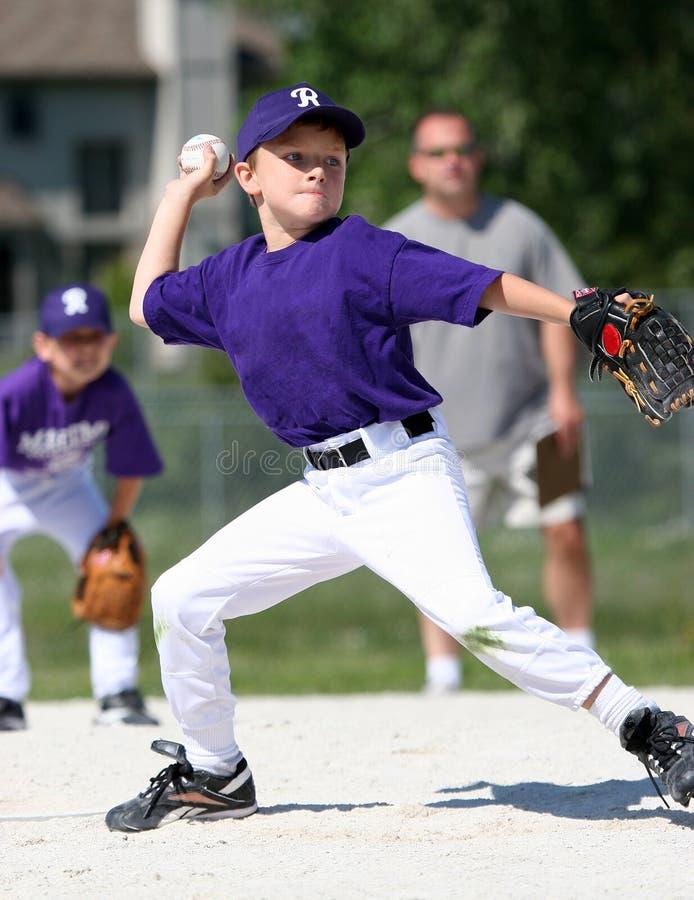 棒球男孩投球 免版税图库摄影