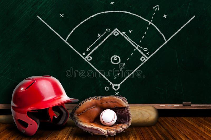 棒球设备和粉笔板戏剧战略 免版税库存照片