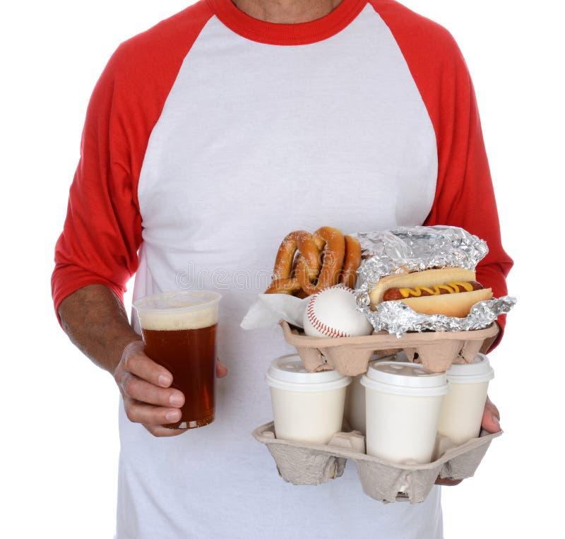 棒球迷运载的食物和纪念品 免版税库存照片