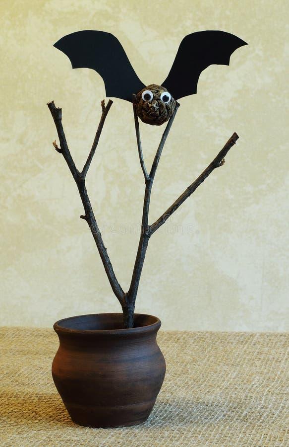 棒由冷杉球果和黑纸板制成在老分支在手织的布料在轻的背景 概念-标志,传统, 免版税库存图片