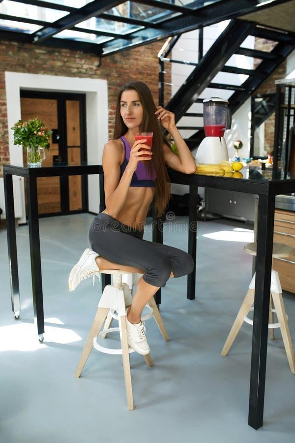 棒谷物节食健身 喝新鲜的汁液的健康适合妇女 营养 免版税图库摄影