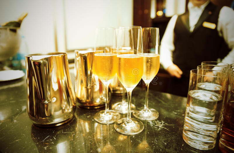 棒香槟计数器 免版税库存照片