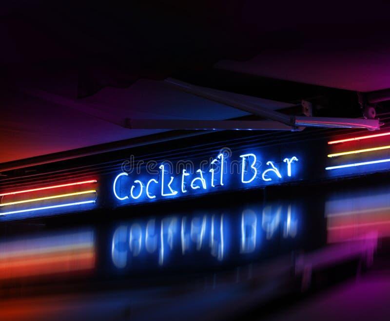 棒coctail发光的霓虹灯广告 库存照片