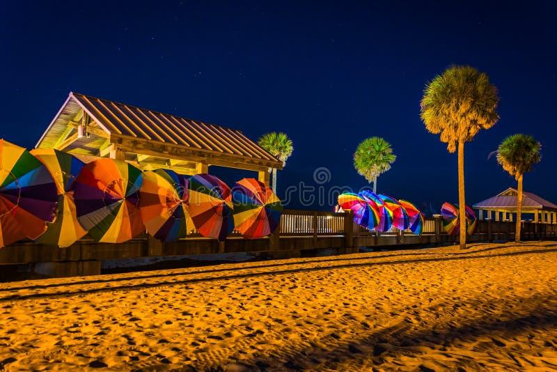 棕榈树和五颜六色的沙滩伞在晚上在Clearwater B 库存图片