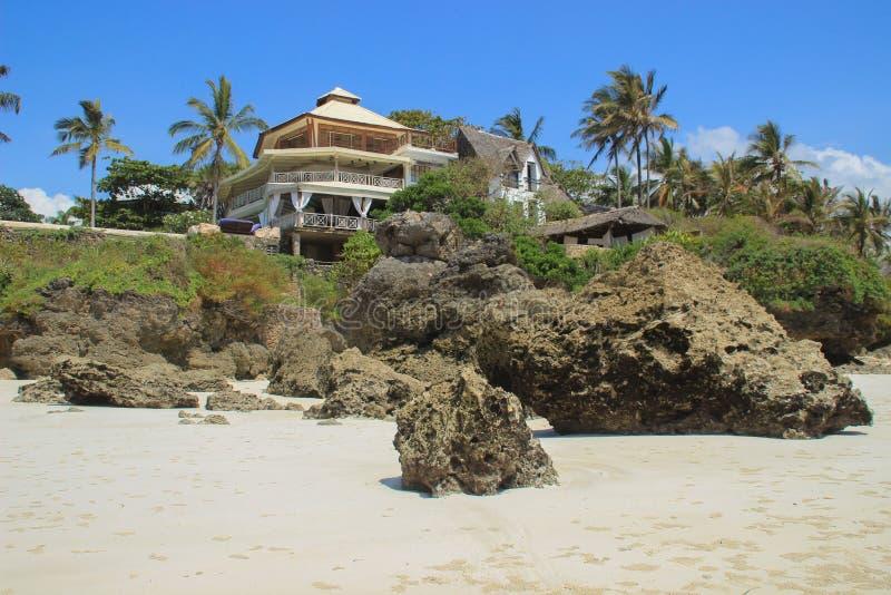 棕榈树围拢的印度洋的岸的旅馆 肯尼亚,非洲 免版税库存照片