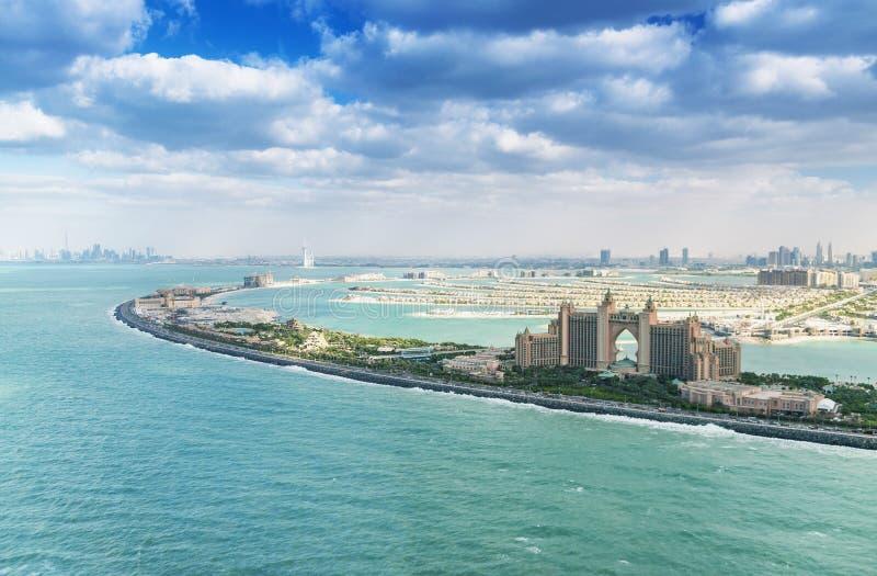 棕榈Jumeirah海岛和亚特兰提斯有迪拜地平线鸟瞰图 免版税库存照片