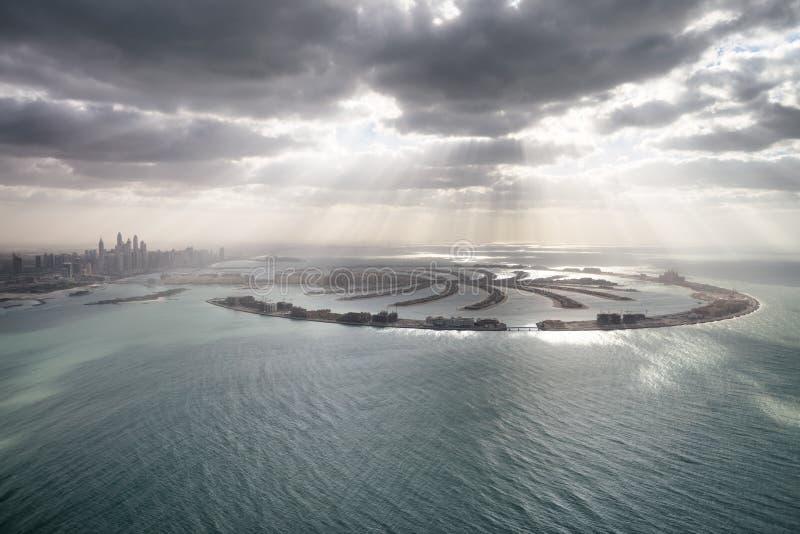 棕榈Jumeirah海岛惊人的鸟瞰图在从helico的迪拜 免版税图库摄影