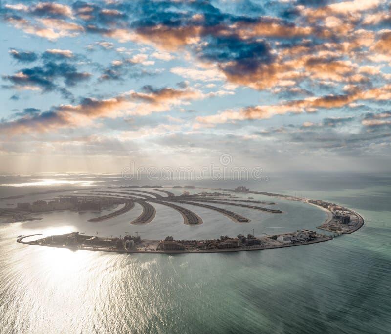 棕榈Jumeirah海岛惊人的鸟瞰图在从helico的迪拜 免版税库存照片