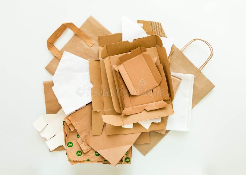 棕色和白皮书堆,准备为回收 减少,重复利用并且回收概念 平的位置 库存图片