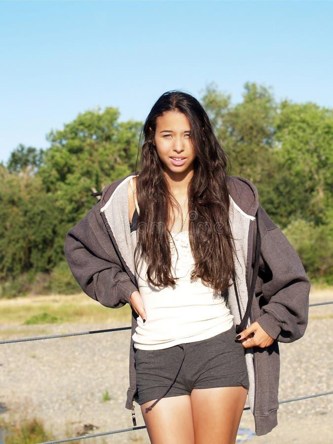 棕色女孩混杂的户外短缺年轻人 图库摄影