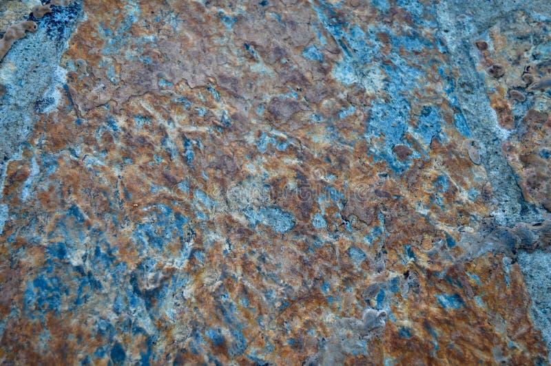 棕色岩石表面的纹理蓝色和 库存照片